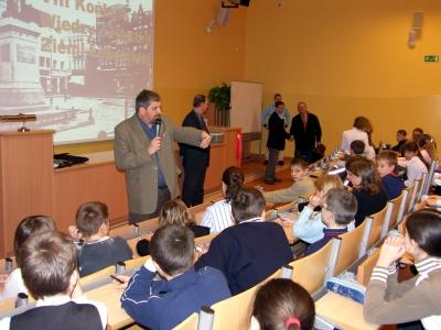 Spotkanie policjanta z młodzieżą zostało zorganizowane przez pedagoga szkolnego.