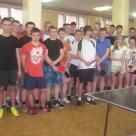 Wszyscy uczestnicy Mistrzostw w tenisie stołowym wraz z organizatorem mgr Andrzejem Borowskim